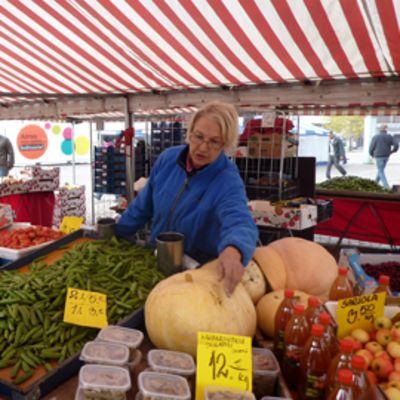 Torikauppias Arja Laitinen on tuttu näky Lahden torilla jo parinkymmenen vuoden ajalta. Hänen lisäkseen torilla on paljon muitakin myyjiä.