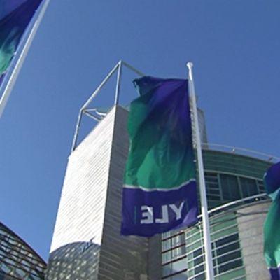 Ylen liput liehuvat tuulessa Ison Pajan edustalla Helsingin Pasilassa.