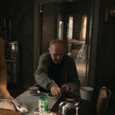 Leila ja pappi Jaakob valmistautuvat syömään aamiaista pöydän ääressä.