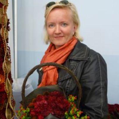 Kukkasidonnan suomenmestari Niina Minkkinen.