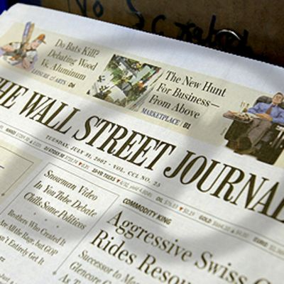 The Wall Street Journal -lehti. @-merkin varjo.
