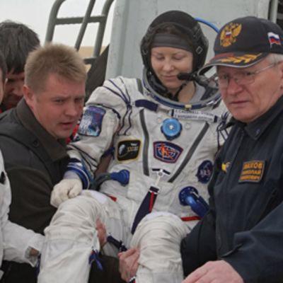 Yhdysvaltalainen astronautti Tracy Caldwell-Dyson nostetaan Sojuz-aluksesta alas.