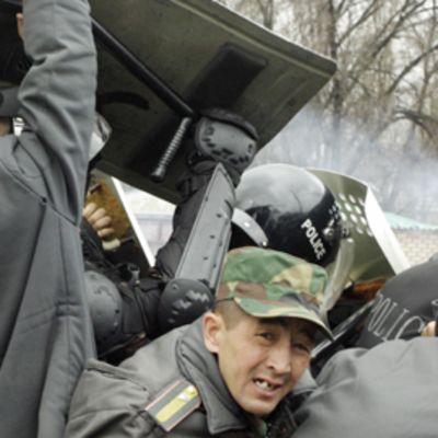 Mellakkapoliisit ja mielenosoittajta ottavat yhteen Bishkekissä.