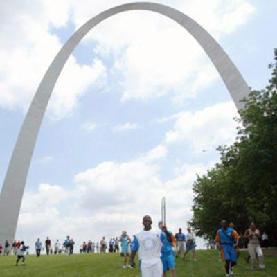 Eero Saarisen suunnittelema Gateway Arch St- Louisissa Missourissa. Muistomerkki pystytettiin vuonna 1803 tehdyn Louisianan territorion maakaupan muistoksi, joka kerralla kasvatti Yhdysvaltojen maa-alueen kaksinkertaiseksi.