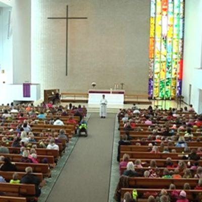 Kuvassa satoja päiväkoti-ikäisiä lapsia istumassa Kokkolan kirkossa.