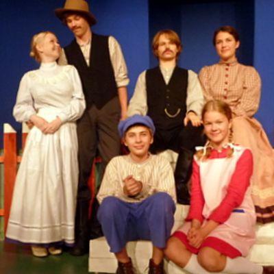 Turun Nuoren Teatterin toiminnassa on vuosittain mukana noin 300 lasta ja nuorta. Vaahteramäen Eemelissä on mukana 20 näyttelijää, jotka tekevät noin 30 roolia.