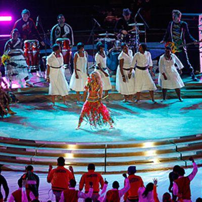 Freshlyground-yhtye esiintyy Shakiran kanssa jalkapallon MM-kisojen päätösseremoniassa.