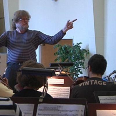 Atso Almila kaupunginorkesterin harjoituksissa.