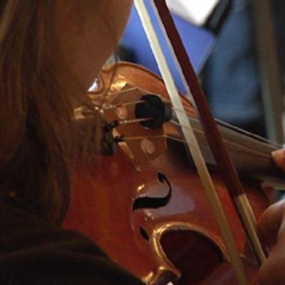 Nainen soittaa viulua