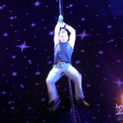 Ukrainalainen akrobaatti roikkuu ketjusta.