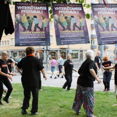 Yhteisötanssiryhmä 60+ esiintyy Hämeenpuiston Puistofiestassa Tampereella.