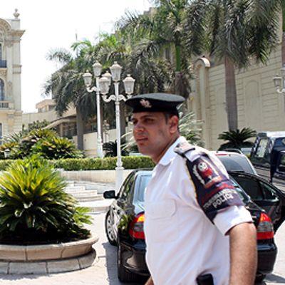 Poliisi Kairon Mahmoud Khalil -taidemuseon ulkopuolella.