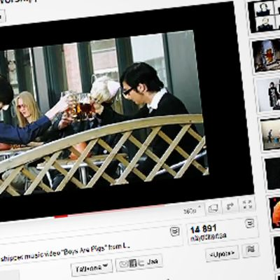 Kuva Youtube-sivusta, jossa on esillä musiikkivideoita ja videosoitin, jossa on kuva I was a teenage satan worshipper -yhtyeen videosta.
