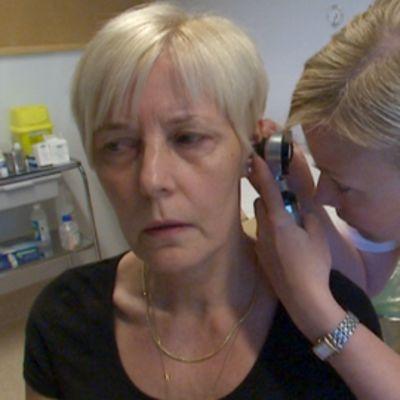 Sairaanhoitaja tekee korvatukimusta