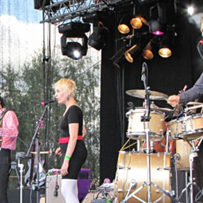 Yhtye esiintyy festivaaleilla.