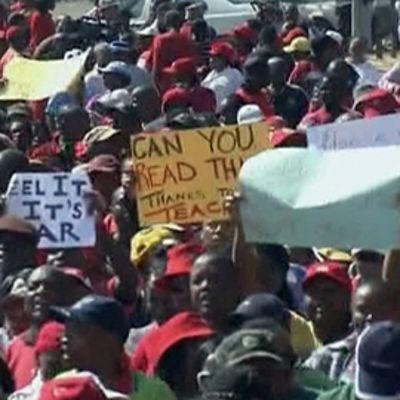 Mielenosoittajia kadulla Etelä-Afrikassa.