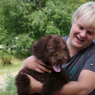 Anssi Vaittinen käy nelikuisen Milon kanssa koirapuistossa ahkerasti.