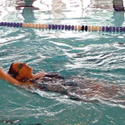 Kuvassa Ritva Björkbacka ui selkää.