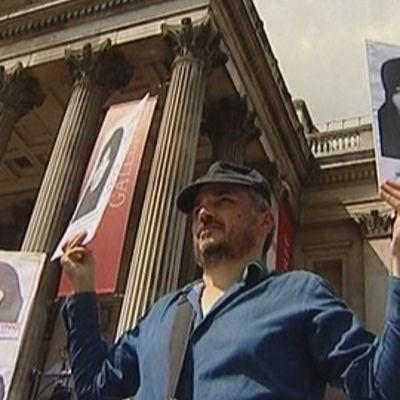 Mielenosoittajia osoittavat Lontoossa mieltään Iranissa kuolemaan tuomitun Sakineh Ashtianin puolesta. Pitävät käsissään Ashtianin kuvia.