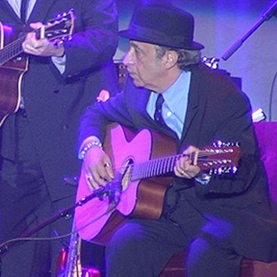 Leonard Cohen yhtyeineen esiintymässä