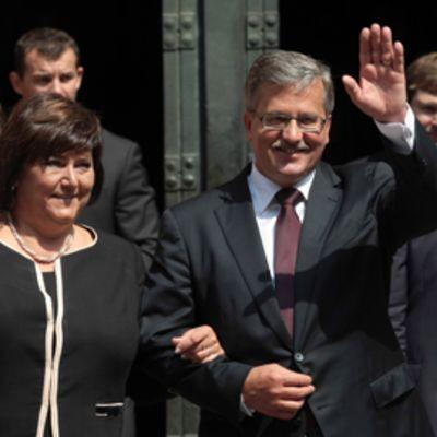 Puolan presidentti Bronislaw Komorowski ja vaimonsa Anna virkavalan vannomisen jälkeen Varsovassa.