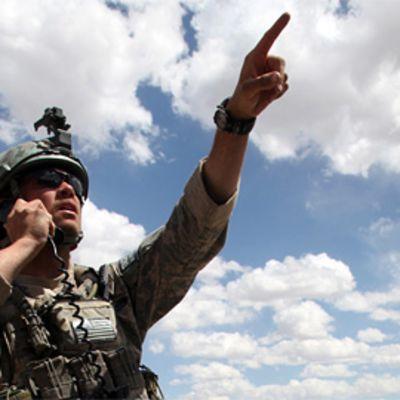 Armeijan sotilas pyytää ilmatukea