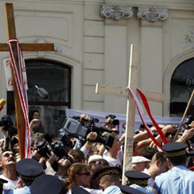 Poliiseja, toimittajia ja tavallista väkeä ristin ympärillä