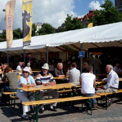Olutfestivaalien telttakoju ja vierailijoita Rautatientorilla.