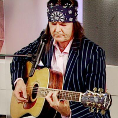 Kari Peitsamo soittaa kitaraa