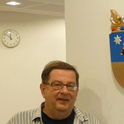 Maakuntajohtaja Pertti Rajala ja Satakunnan vaakuna.