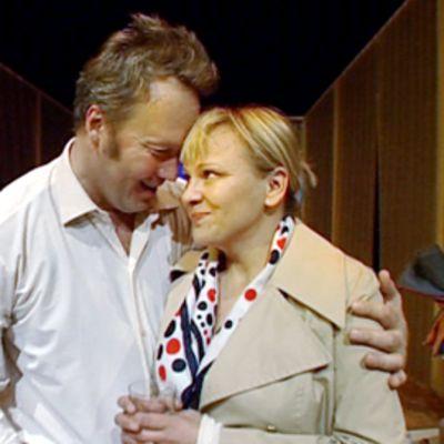 Jari Nissinen ja Annaleena Sipilä näyttelevät Sikalat-näytelmässä.