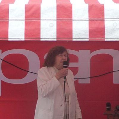Nainen laulaa karaokea Porin kävelykadulla Palvelualan ammattiliiton teltassa.