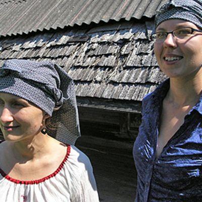 Kaksi naista pihalla