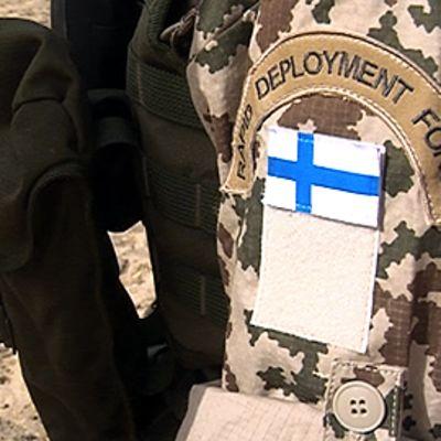 Suomalaisen rauhanturvaajan hihamerkki univormussa.