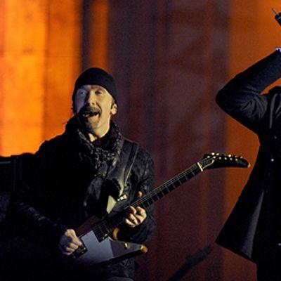 U2:n kitaristi The Edge ja laulaja Bono esiintyvät Berliinissä Brandenburgin portin edessä.