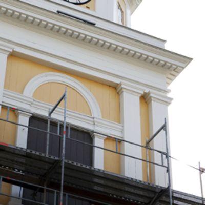 Rakennusmiehiä Vanhan kirkon kellotapulissa
