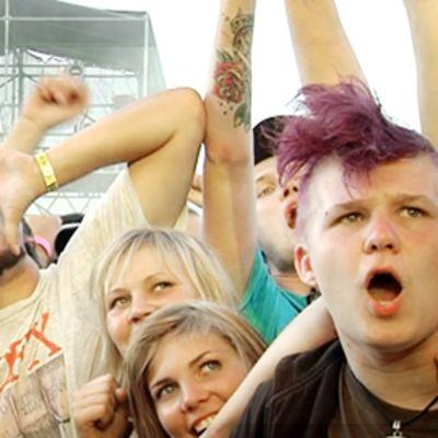 NOFX -yhtyeen fanit kokoontuivat Niittylavan edustalle seuraavat keikkaa Ruisrockissa perjantaina.