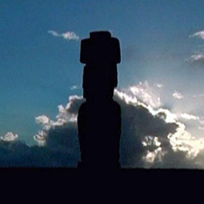 Moai-kivipatsaan siluetti sinistä taivasta vasten Pääsiäissaarella.