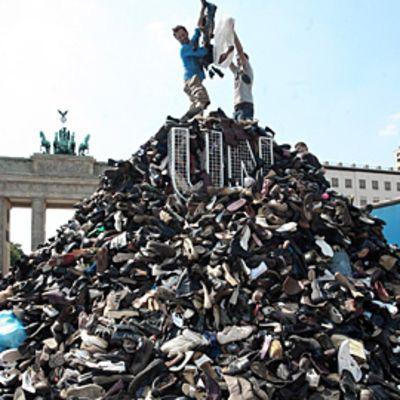 Kenkäkasa Srebrenican massamurhan muistomerkkiä varten Berliinissä, Saksassa.