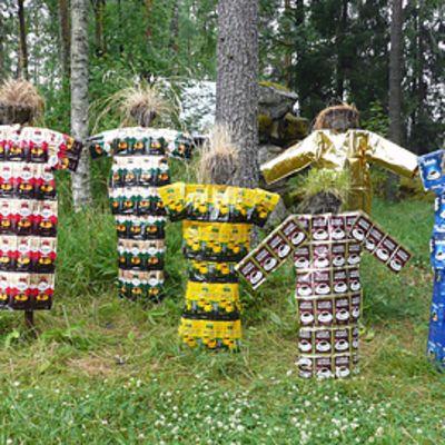 Kahvikaisa-hahmot on puettu kahvipaketeista tehtyihin vaatteisiin