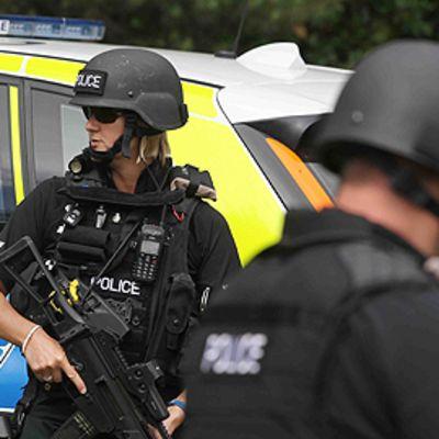 Aseistautuneita poliiseja