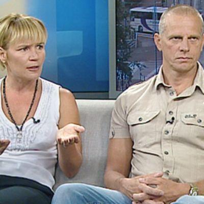 Kirsi ja Juha Penttinen Aamu-tv:n studiossa.