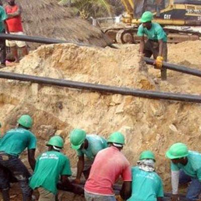 Kaapelia vedetään Accrassa Ghanassa