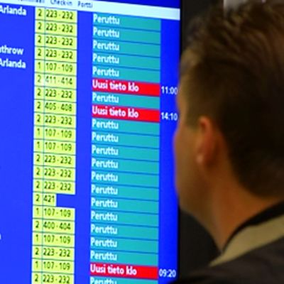 Mies katselee peruttujen lentojen listaa Helsinki-Vantaalla