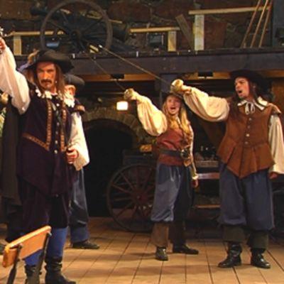 Kohtaus Suomenlinnan Cyrano de Bergerac-näytelmästä
