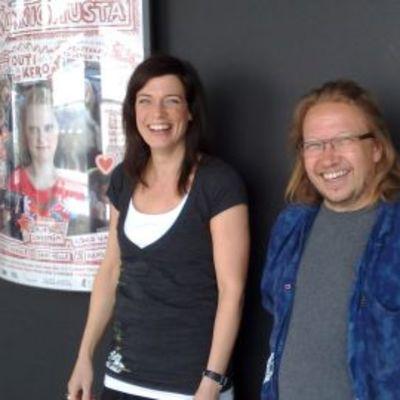 Miia Lindström ja Pekka Karjalainen Vähän kunnioitusta -elokuvajulisteen edessä.