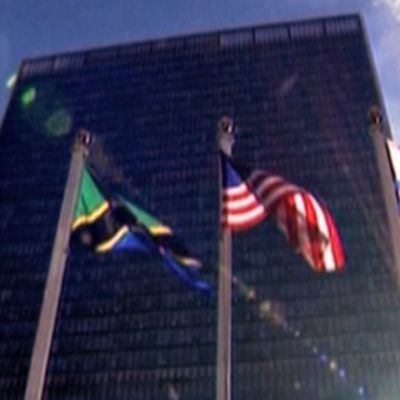Eri maiden lippuja liehuu YK:n päärakennuksen ulkopuolella.