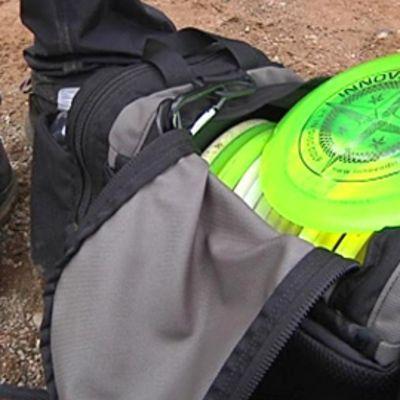Frisbeegolfkiekkoja laukussa.