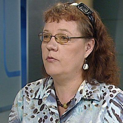 Kirkon ulkomaanavun erityisasiantuntija Päivi Muma Aamu-tv:n studiossa.