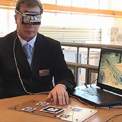 Mies demonstroi lisätyn todellisuuden käyttöä fuusioenergiatutkimuksessa.